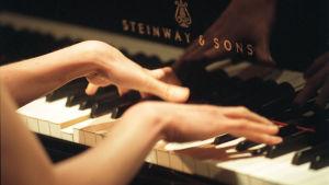 Pianistin kädet koskettimilla