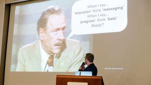Chris Messinan diaesityksen kuva:  Marshall McLuhanin luento 70-luvulta, sana televisio korvattuna sanalla messaging, ja sana program korvattuna sanalla bots