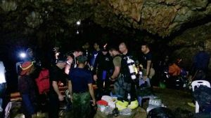 En grupp utländska dykare förberedde en dykning ner i grottsystemet den 2 juli.