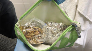 polisen visar en mängd smycken inträngda i en necessär