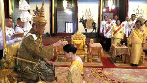 Thailands kung kröner sin drottning under festlig ceremoni.