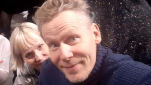 Tanssijat Mari Rosendahl ja Tero Saarinen selfiessä.