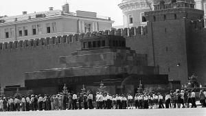 Ihmiset jonottavat Leninin mausoleumiin.