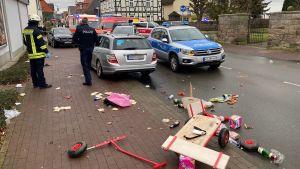 Polis på plats på platsen där en bilen körde in i folkmassan.