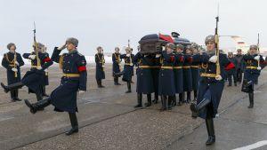 Ryssland bekräftar endast uppgifter om dödade ryska soldater och piloter i Syrien. Här begravs piloten Roman Filipov som dödades av rebeller då hans plan störtade