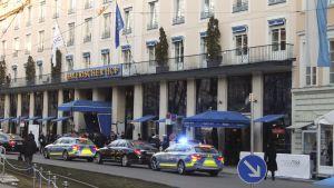 Polis utanför konferens i Tysklandhotell.