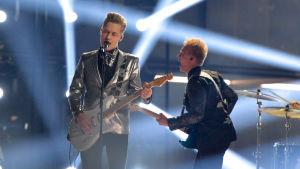 Topi Latukka och Eero Keskinen på Eurovisionsscenen.