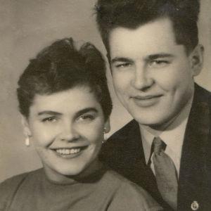 Vanhassa 1950-luvun studiokuvassa hymyilevä nuoripari