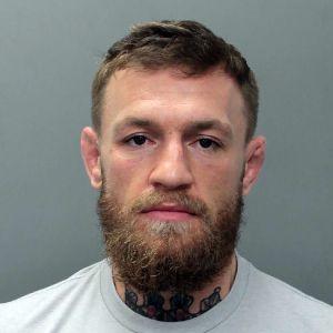 Conor McGregors bild när han togs in av polisen i Miami.