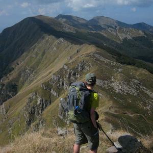 Johanna Sinisalo vaeltamassa Italian Apenniineilla.