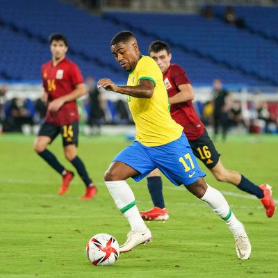 Brasiliens Malcom avancerar med bollen under finalen mot Spanien.