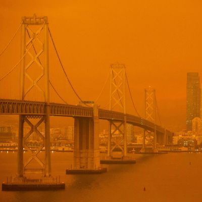 Brandröken färgade himlen orange i San Francisco.