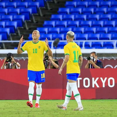 Richarlison i klargul brasiliansk spelblus jublar över ett av sina mål.