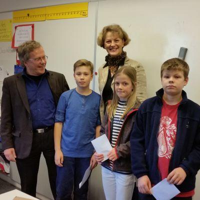 Alex Allinen, Carla Jalkanen och Isak Geiser med sina priser