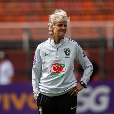 Pia Sundhage iklädd Brasiliens landslagsledartröja.