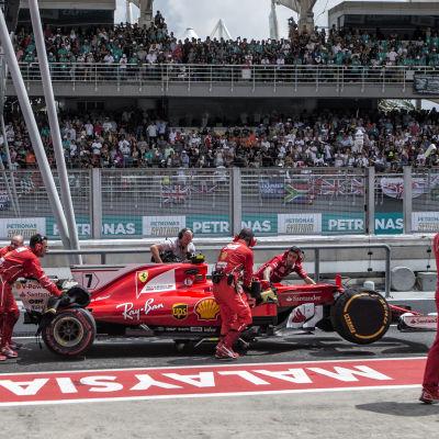 Kimi Räikkönens bil rullas till garaget