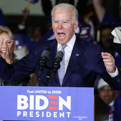 Joe Biden firar sin seger under supertisdagen.
