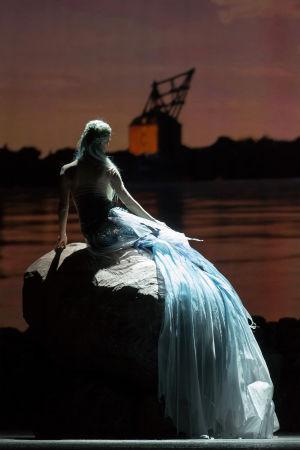Kohtaus baletista Pieni merenneito, kuvassa Tiina Myllymäki.