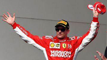 Kimi Räikkönen sträcker upp armarna och jublar