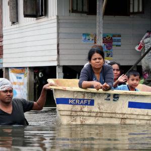 Över en miljon människor har drabbats av översvämningar och bybor i södra Thailand har tvingats fly undan vattnet utan sina ägodelar