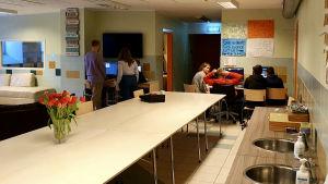 Barn på Bethelkyrkans socialcenter i Tallinn gör läxor tillsammans med socialpedagoger och volontärer.