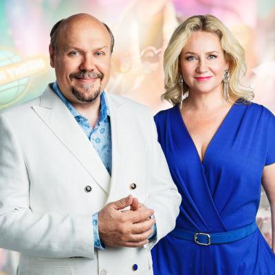 Yle 90 vuotta.  Kuvassa juontajat Hannu-Pekka Björkman ja Maria Sid.
