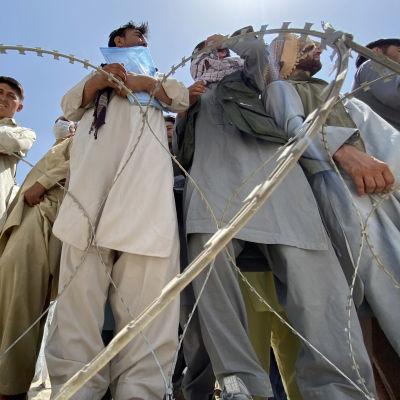 Människor väntade på att bli evakuerade på tisdag utanför Kabuls flygplats.