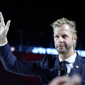 Tomi Kallio vinkar åt publiken