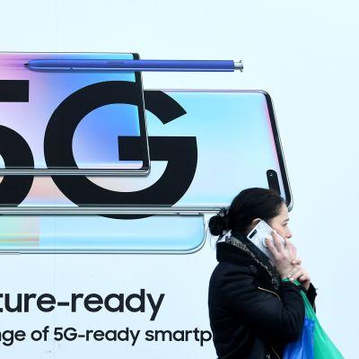 Jalankulkija 5G-mainoksen edessä Lontoossa tammikuun lopussa.