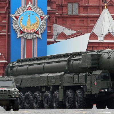 En rysk interkontinental missil av typ Topol-M på parad på Röda torget i Moskva i maj 2012.