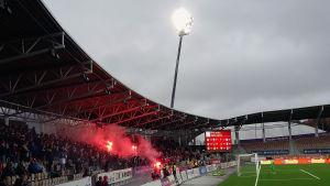HIFK:s supportrar Stadin Kingit tände rökbomber (25.10 2015) i FM-ligans sista match mot FC Inter på Sonera stadion i Helsingfors.