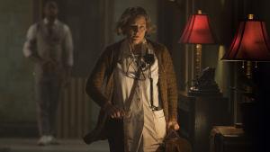 Sjuksköterskan med stort S skyndar genom en mörk korridor.