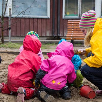 bild på barn som leker