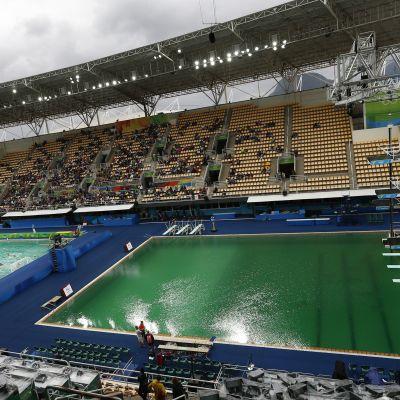 Rion uimahyppyaltaassa vihreää vettä.