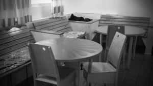 Svartvit bild på bord och stolar på Hirundo dagcenter.