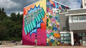 Vantaan Taidemuseon Artsin värikkäin graffitein päällystetty ulkoseinä.