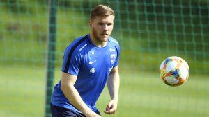 Benjamin Källman blickar mot en boll i luften.