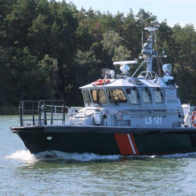 En av Sjöbevakningens patrullbåtar vid inloppet till Nystad, augusti 2019.