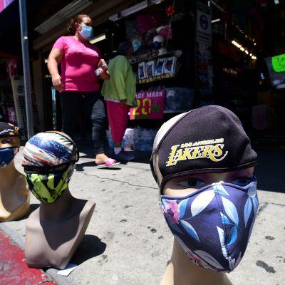 Ansiktsmasker till salu i Los Angeles, Kalifornien på onsdagen. Kalifornien är en av de delstater som drabbats värst av den senaste smittvågen i USA.