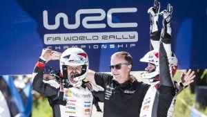 Tommi Mäkinen, Esapekka Lappi och Janne Färm firar vinst i Neste Rally Finland 2017.