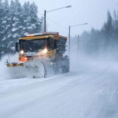 Lumiaura puhdistaa ajotietä lumesta.