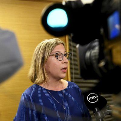 Valtiontalouden tarkastusviraston VTV:n pääjohtaja Tytti Yli-Viikari puhuu medialle oltuaan eduskunnan kansliatoimikunnan kuultavana