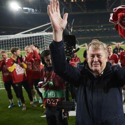 Åge Hareide tuulettaa Tanskan selviydyttyä jalkapallon EM-kisoihin 2020.