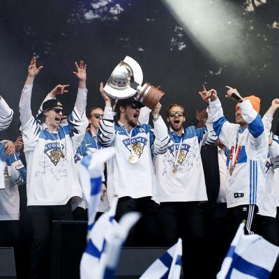 På måndagen firades VM-guldhjältarna i Kajsaniemiparken i Helsingfors.