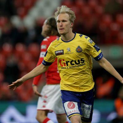 Valtteri Moren firar mål för Waasland-Beveren.