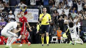 Viktor Kassai i mitten blåser av matchen, Real Madrid-spelare jublar och Bayern Münchens spelare surar.