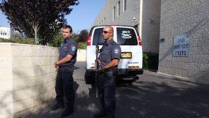 Poliser utanför domstolen i Petah Tikva, Israel.