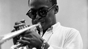 Miles Davis soittaa trumpettia.