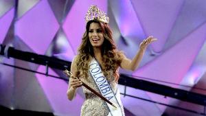 Miss Colombia, Ariadna Maria Gutierrez, firar på scenen