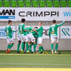 IFK Mariehamn firar ett mål.